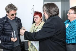 Uwe Zelt überreicht Glaspokal Foto: Moritz Künster (Monsterpics)